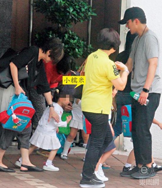Lưu Khải Uy đội mưa đi đón con, Dương Mịch ốm nặng suốt nửa tháng - Ảnh 3.