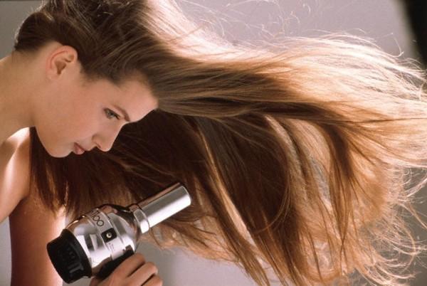 Những sai lầm trong việc chăm sóc khiến bạn rụng tóc cả nắm mỗi ngày - Ảnh 2.