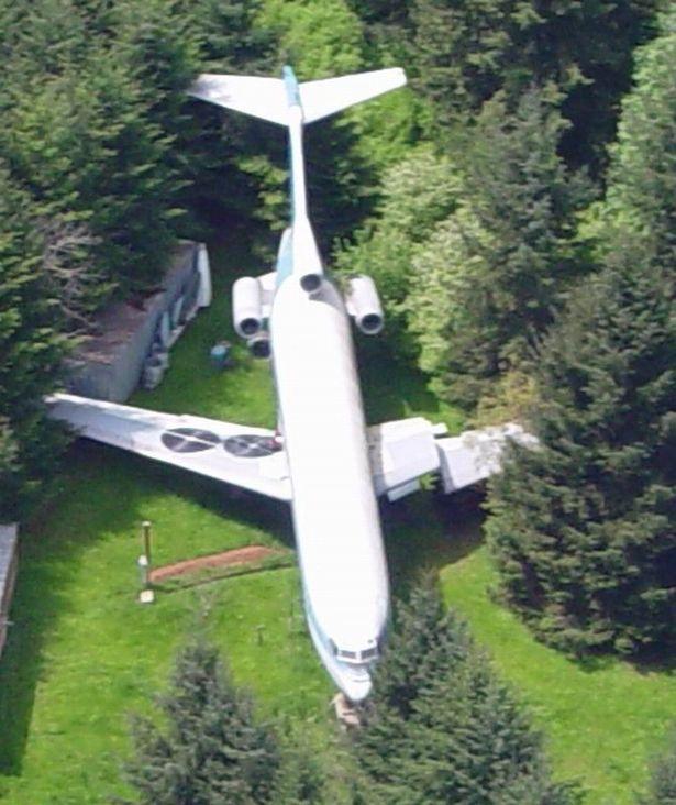 Thấy chiếc máy bay cũ hỏng nằm giữa rừng, ai cũng choáng khi bước vào bên trong - Ảnh 2.