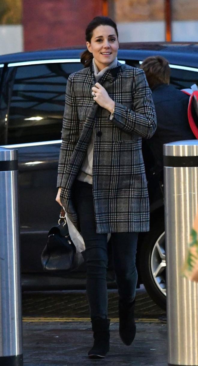Chính xác thì đây là chiếc áo khoác dáng dài được các chị em nhiệt tình săn đón trong mùa lạnh này - Ảnh 4.