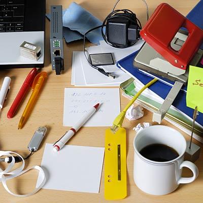 messy desk 400x400 1412155661469 1496201862739 Hãy thay đổi ngay những việc làm đang cản lại vận may đến với bạn