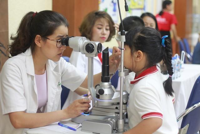 Bác sĩ cho biết: Các mẹ đang sai lầm lắm khi chữa bệnh về mắt cho con bằng yoga hay bài thuốc dân gian - Ảnh 1.