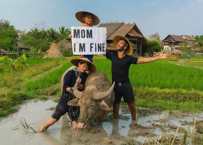Chàng trai có trách nhiệm nhất quả đất khi đi du lịch luôn cầm tấm bảng Mom, Im fine để trấn an mẹ mình - Ảnh 3.