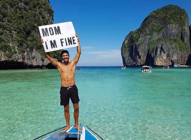 Chàng trai có trách nhiệm nhất quả đất khi đi du lịch luôn cầm tấm bảng Mom, Im fine để trấn an mẹ mình - Ảnh 2.
