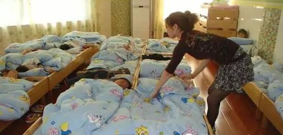 Bé trai 5 tuổi tử vong khi ngủ trưa tại trường mẫu giáo, cha mẹ và cô giáo sụp đổ vì nguyên nhân không ngờ - Ảnh 1.
