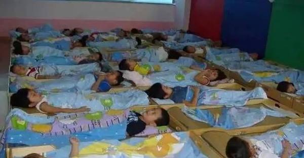 Bé trai 5 tuổi tử vong khi ngủ trưa tại trường mẫu giáo, cha mẹ và cô giáo sụp đổ vì nguyên nhân không ngờ - Ảnh 2.