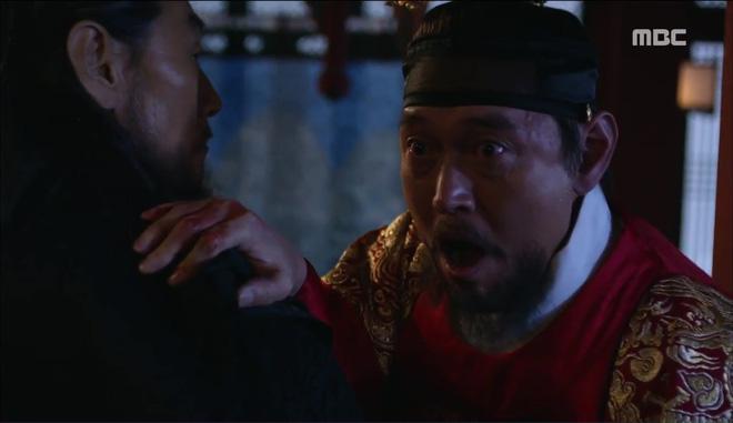 Mặt nạ quân chủ: Chỉ trong một tập Thái tử Yoo Seung Ho mất cả bố, mẹ và người yêu - Ảnh 10.