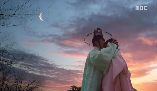 Mặt nạ quân chủ: Chỉ trong một tập Thái tử Yoo Seung Ho mất cả bố, mẹ và người yêu - Ảnh 3.