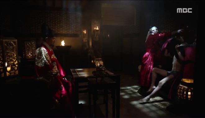 Mặt nạ quân chủ: Chỉ trong một tập Thái tử Yoo Seung Ho mất cả bố, mẹ và người yêu - Ảnh 6.