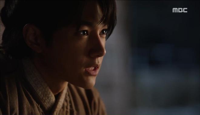 Mặt nạ quân chủ: Chỉ trong một tập Thái tử Yoo Seung Ho mất cả bố, mẹ và người yêu - Ảnh 4.