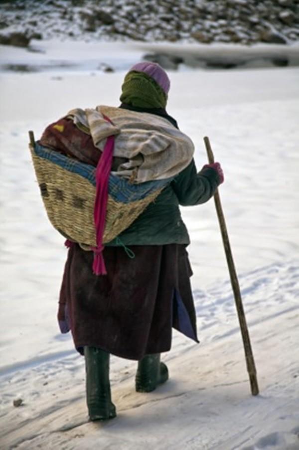 Cuộc sinh nở gian nan của những phụ nữ phải đi bộ suốt 9 ngày trời, qua 72 km trong thời tiết -35 độ C mới đến trạm xá - Ảnh 3.