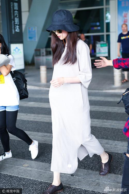 Nghê Ni khiến fan hoảng hốt khi diện đồ rộng như mang thai - Ảnh 1.