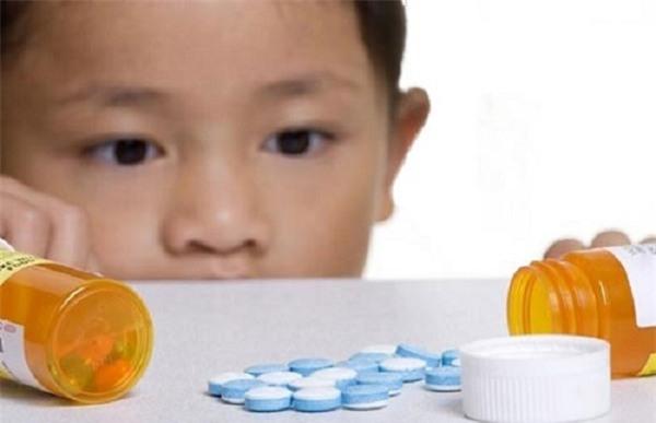 60.000 trẻ em ngộ độc thuốc hàng năm - bố mẹ không thể lơ là - Ảnh 1.