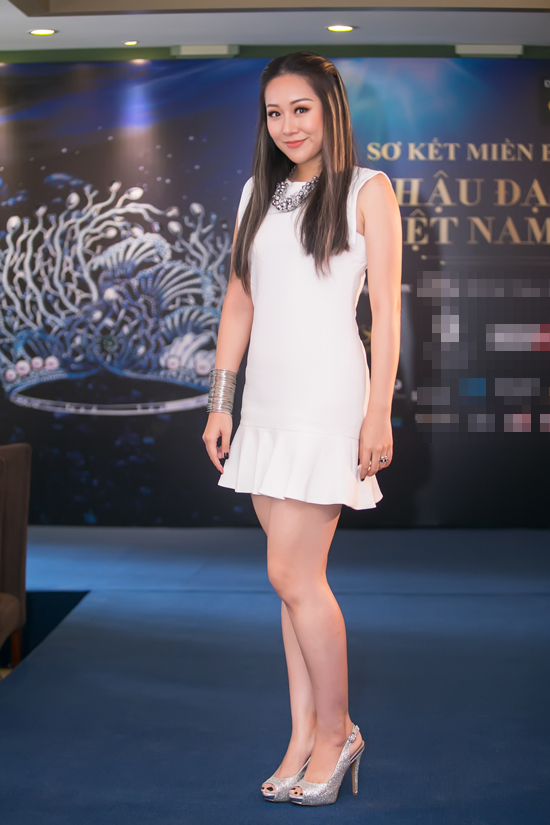 Tham tóc phẩy line, lại thêm loạt phụ kiện chẳng liên quan đã khiến cho Hoa hậu Ngô Phương Lan lọt top mặc sến  - Ảnh 1.