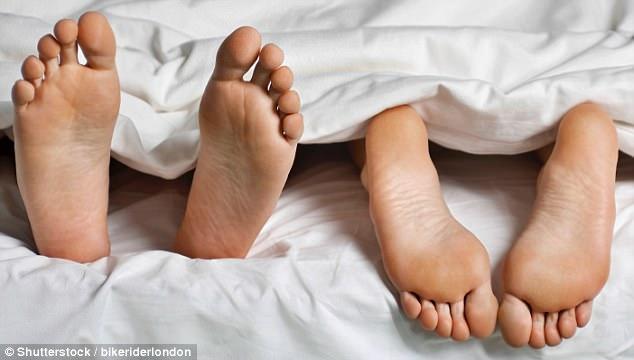 Yêu không dùng bao cao su làm tăng nguy cơ nhiễm trùng âm đạo - Ảnh 2.