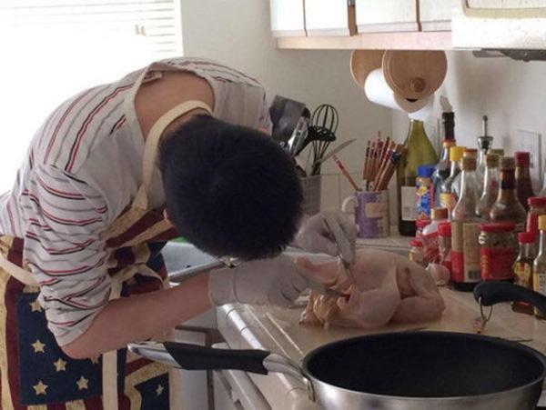 Làm gà nướng mà chẳng biết rút xương, cô gái muối mặt nhìn kết quả của bạn trai học y khoa - Ảnh 1.