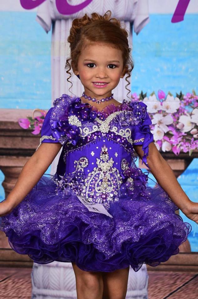 Tham dự ngót 100 cuộc thi hoa hậu từ lúc 4 tháng, bé gái 5 tuổi đã đốt gần 1 tỷ vào váy áo - Ảnh 2.