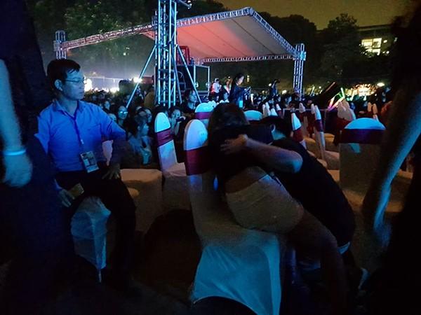 Fan ngất xỉu trong liveshow miễn phí dành cho 20.000 khán giả của Noo Phước Thịnh - Ảnh 2.