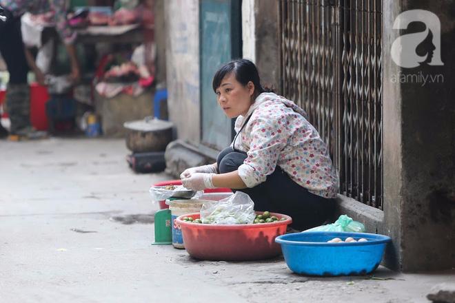Thân thương những góc chợ quen buổi sớm trong ngõ nhỏ Hà Nội - Ảnh 10.