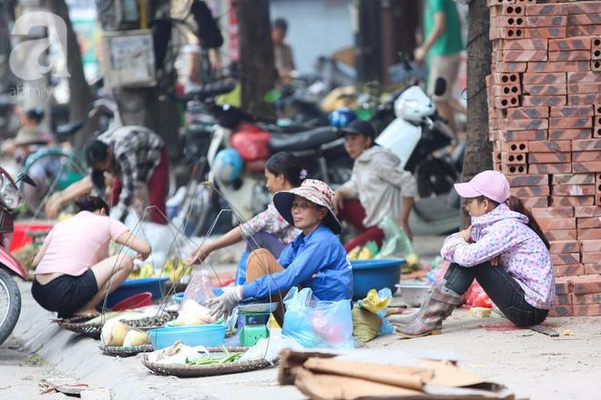 Thân thương những góc chợ quen buổi sớm trong ngõ nhỏ Hà Nội - Ảnh 13.