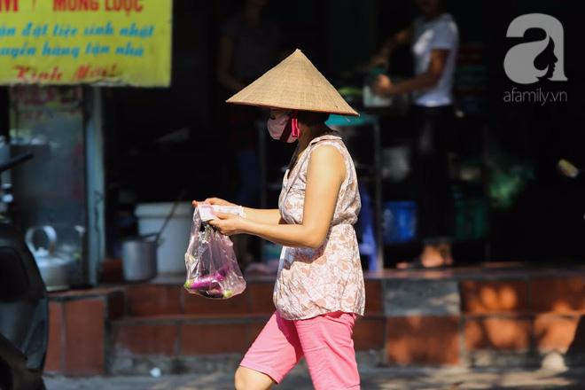 Thân thương những góc chợ quen buổi sớm trong ngõ nhỏ Hà Nội - Ảnh 5.