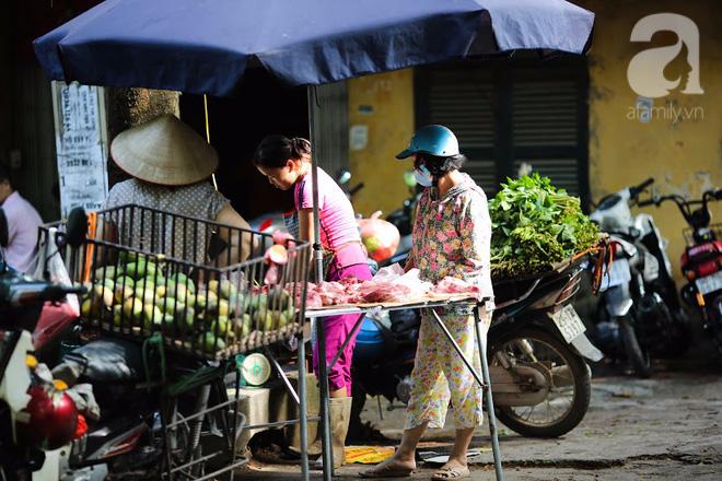 Thân thương những góc chợ quen buổi sớm trong ngõ nhỏ Hà Nội - Ảnh 16.