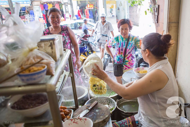 Ngày gió mưa, lặn lội đến tiệm mì vằn thắn 31 năm tuổi nghe cô chủ gốc Hà Nội kể chuyện 3 đời bán mì - Ảnh 1.