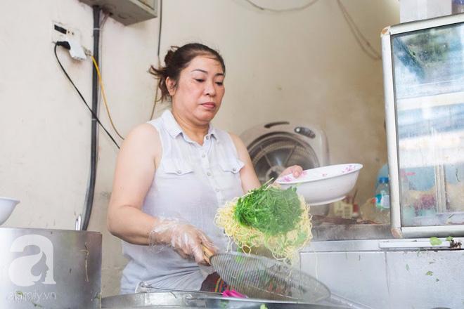 Ngày gió mưa, lặn lội đến tiệm mì vằn thắn 31 năm tuổi nghe cô chủ gốc Hà Nội kể chuyện 3 đời bán mì - Ảnh 9.
