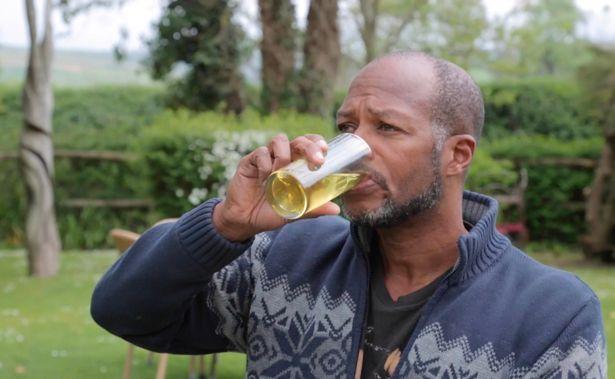 Người đàn ông uống và tắm nước tiểu của mình suốt 6 năm - Ảnh 3.