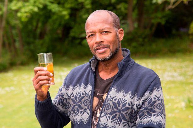 Người đàn ông uống và tắm nước tiểu của mình suốt 6 năm - Ảnh 2.