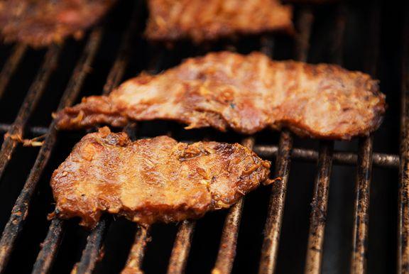 Lần sau nướng thịt thì nhớ đặt đá viên lên đấy, hứa là thịt nướng siêu ngon luôn - Ảnh 1.