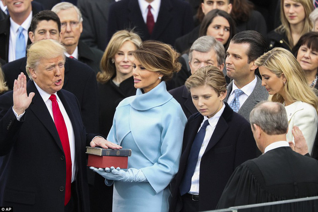 Cho đến tận lúc mãn nhiệm, Barack Obama vẫn khiến thế giới nghiêng mình bởi hành động quá tuyệt vời với vợ giữa công chúng - Ảnh 1.