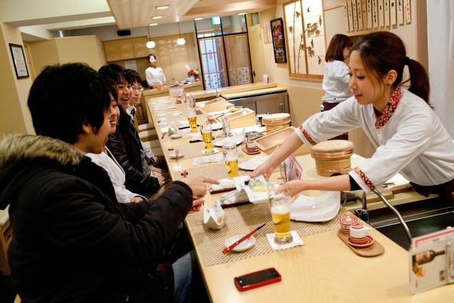 Là món ăn truyền thống nhưng phụ nữ Nhật từng không được làm sushi vì lý do này - Ảnh 3.