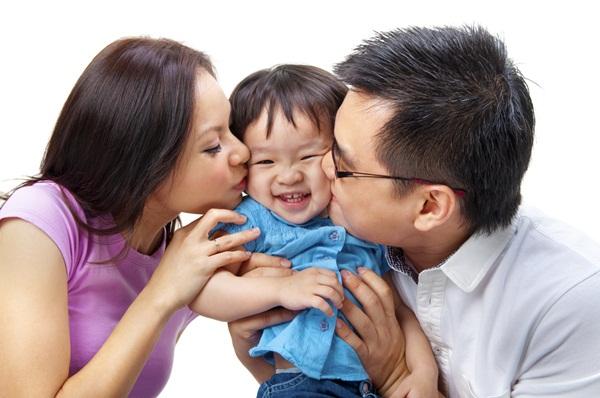 Chỉ cần bố mẹ thường xuyên ôm con, trẻ cũng được hưởng lợi không ngờ - Ảnh 2.