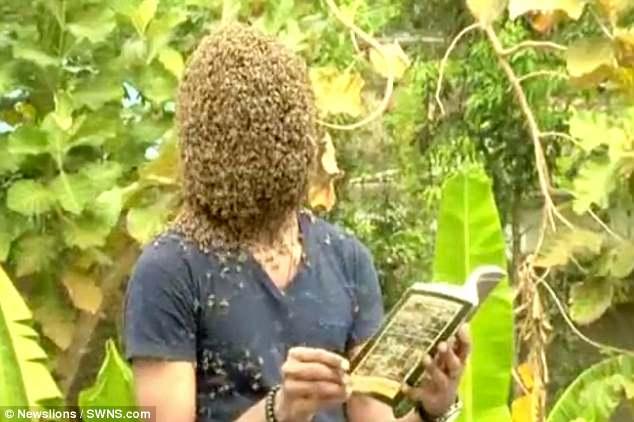 Kinh dị người đàn ông để 60.000 con ong bu kín mặt vẫn bình thản đọc sách - Ảnh 3.