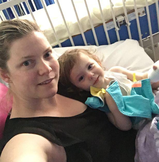 Mẹ ơi, đầu gối của con, cô bé 2 tuổi gào khóc thảm thiết khi nhìn mẹ và chứng bệnh nguy hiểm ở trẻ nhỏ - Ảnh 3.