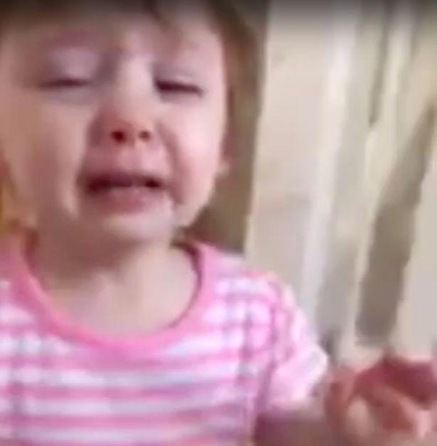 Mẹ ơi, đầu gối của con, cô bé 2 tuổi gào khóc thảm thiết khi nhìn mẹ và chứng bệnh nguy hiểm ở trẻ nhỏ - Ảnh 1.