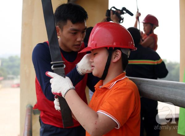 Trẻ nhỏ đu dây thoát nạn thần kỳ trong đám cháy giả lập tại khu chung