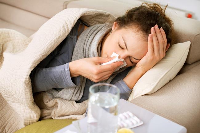 Bệnh cảm cúm lúc giao mùa và sự thật bất ngờ ít ai nghĩ tới - Ảnh 2.