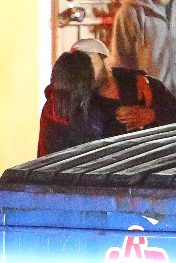 HOT: Selena Gomez lộ ảnh công khai hôn môi The Weeknd tình tứ - Ảnh 2.