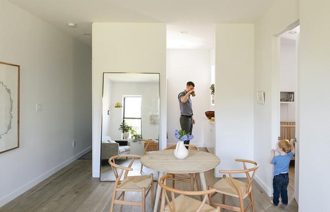 Căn hộ chỉ 63m² nhưng rộng thênh thang, cực gọn gàng của cặp vợ chồng có con nhỏ - Ảnh 2.
