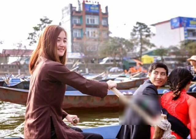 Cô gái lái đò chở khách trẩy hội chùa Hương dịp đầu năm bất ngờ nổi tiếng vì quá xinh - Ảnh 1.
