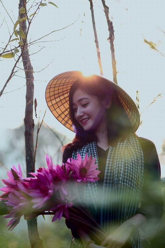 Cô gái lái đò chở khách trẩy hội chùa Hương dịp đầu năm bất ngờ nổi tiếng vì quá xinh - Ảnh 2.