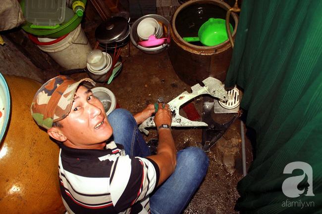 Chùng ảnh: Bên trong ngôi nhà 15m2 rách nát chứa đến 23 nhân khẩu ở Sài Gòn - Ảnh 6.
