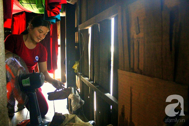 Chùng ảnh: Bên trong ngôi nhà 15m2 rách nát chứa đến 23 nhân khẩu ở Sài Gòn - Ảnh 9.