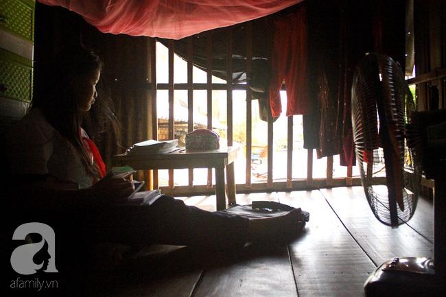 Chùng ảnh: Bên trong ngôi nhà 15m2 rách nát chứa đến 23 nhân khẩu ở Sài Gòn - Ảnh 16.