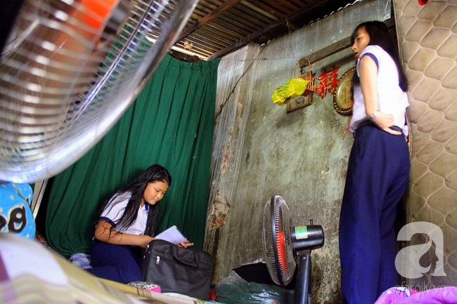 Chùng ảnh: Bên trong ngôi nhà 15m2 rách nát chứa đến 23 nhân khẩu ở Sài Gòn - Ảnh 15.