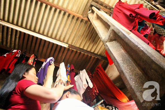 Chùng ảnh: Bên trong ngôi nhà 15m2 rách nát chứa đến 23 nhân khẩu ở Sài Gòn - Ảnh 11.