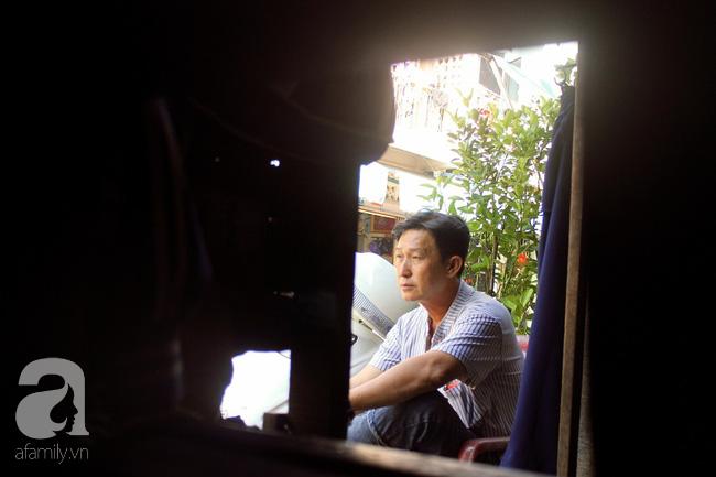 Chùng ảnh: Bên trong ngôi nhà 15m2 rách nát chứa đến 23 nhân khẩu ở Sài Gòn - Ảnh 14.