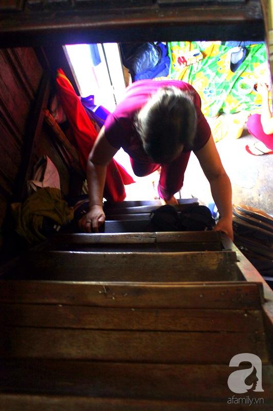 Chùng ảnh: Bên trong ngôi nhà 15m2 rách nát chứa đến 23 nhân khẩu ở Sài Gòn - Ảnh 10.